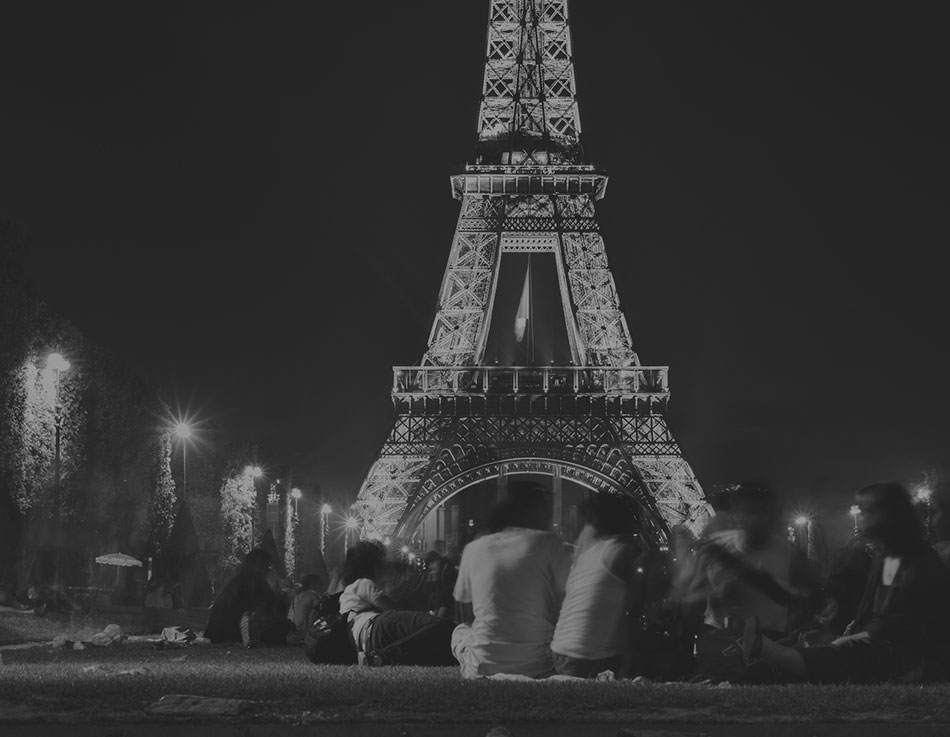 Lovers Infront Of Eiffel Tower